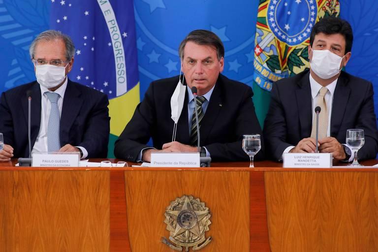 Presidente Jair Bolsonaro e ministros durante conferência com jornalistas para falar sobre a pandemia do coronavírus, no Palácio do Planalto, em Brasília
