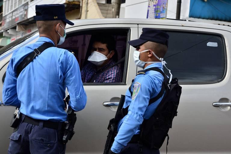 Policiais detém homem que violou ordem para ficar em casa em Tegucigalpa, Honduras