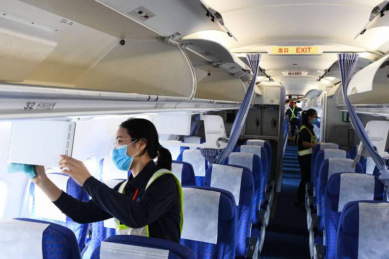 Engenheiros trabalham na manutenção de avião no Aeroporto Internacional Haikou Meilan, em Haikou, no sul da China
