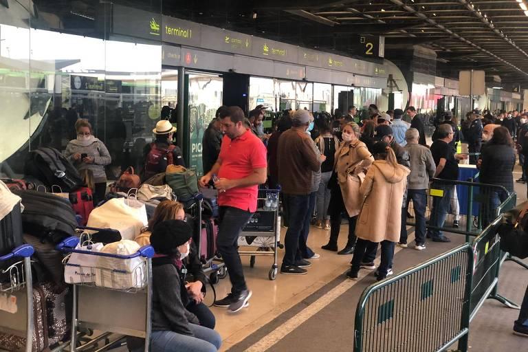 Grupo de brasileiros preso no aeroporto de Lisboa sem conseguir voltar para o país durante o início da pandemia, em março