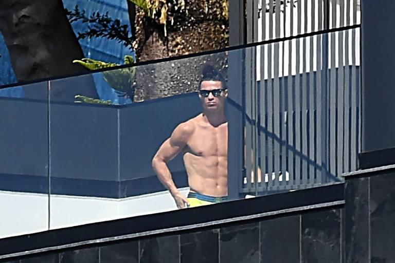 Cristiano Ronaldo sai para fazer compras em meio a pandemia de coronavírus e web crítica