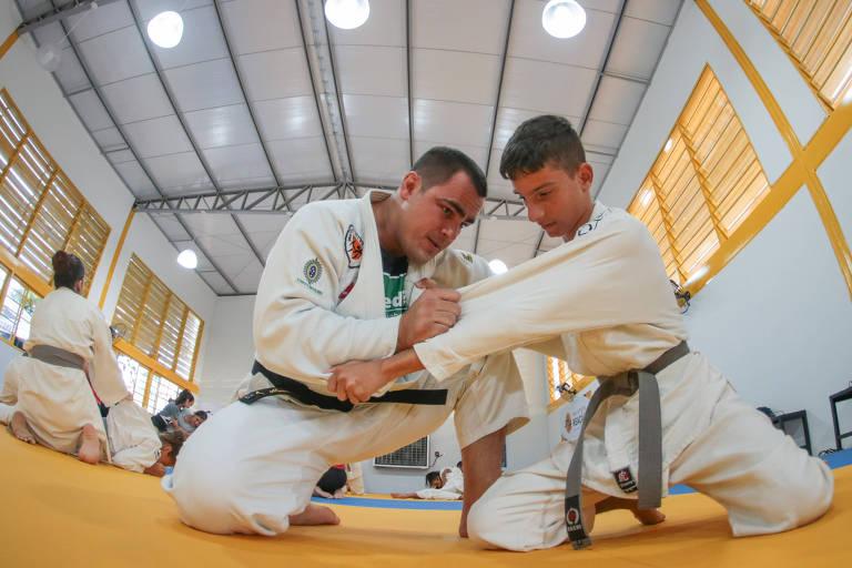 David Moura, judoca, ensina golpes para jovem em instituto no Cuiabá