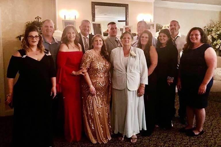Grace Fusco, ao centro, com seus 11 filhos, em uma foto de família