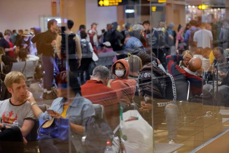 Viajantes aguardam por seus voos no aeroporto internacional Jorge Chávez, em, Lima, no Peru