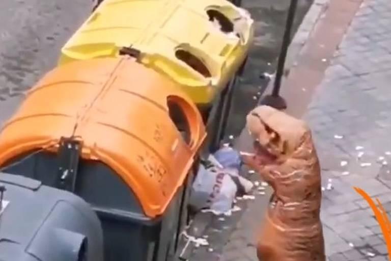 Cidadão europeu se veste de dinossauro para sair na rua