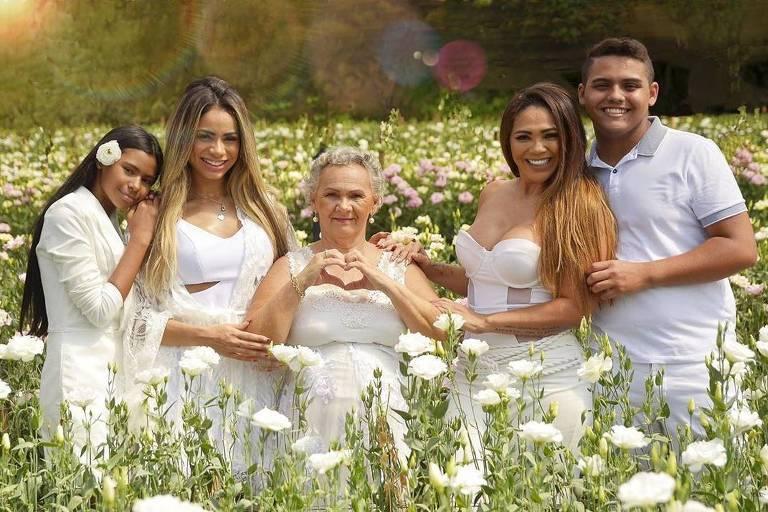 A cantora Lexa posa com a família e com sua avó Conceição (ao centro)