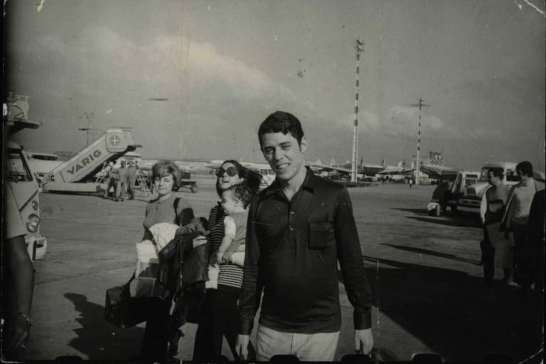 Chico Buarque, acompanhado de Marieta Severo e da filha Silvia, no desembarque no Galeão em 1970
