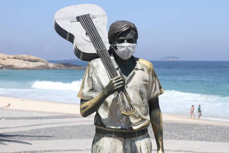 Um dos maiores músicos e compositores do século que passou XX, após sua morte em 1994, ganhou uma estátua em sua homenagem no bairro de Ipanema. Hoje amanheceu com uma máscara da pandemia do coronavirus para surpresa dos cariocas.