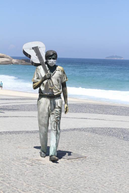 Estátua de Tom Jobim em Ipanema amanhece com máscara