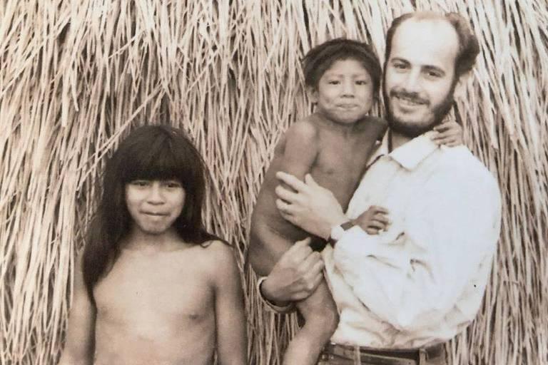 Amadeu José Duarte Lanna (1933-2020) com as crianças indígenas