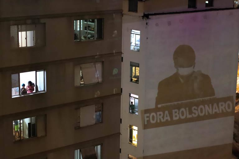 Moradores do bairro da Santa Cecília, na região central de São Paulo, fazem panelaço contra o presidente e projetam mensagem em fachada nesta quinta (19)