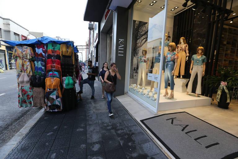 Rua José Paulino, no Bom Retiro, na região central de São Paulo; comércio não funcionará por conta do coronavírus