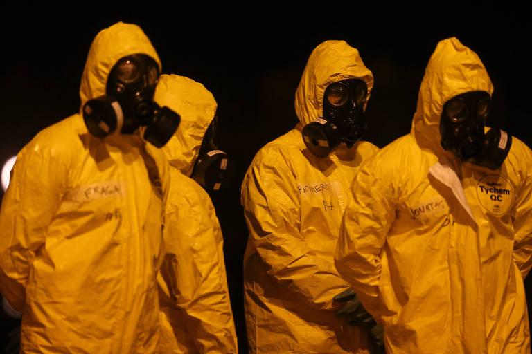 Pessoas vestidas com roupas de proteção amarelas