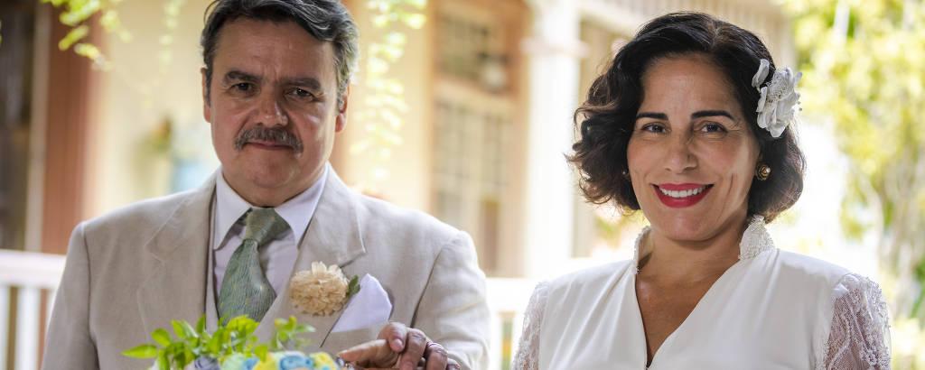 Afonso (Cássio Gabus Mendes) e Lola (Gloria Pires) se casam