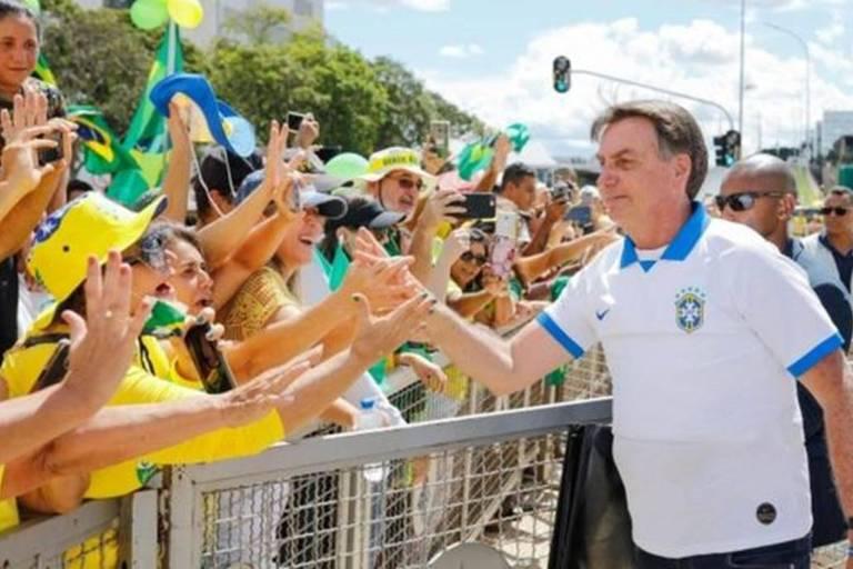 Bolsonaro cumprimenta apoiadores em manifestação