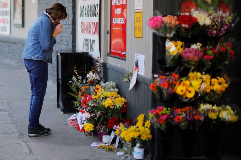 Uma mulher faz uma pausa em um memorial às vítimas do coronavírus nos EUA. Até o dia 20 de março, país somava 195 mortos
