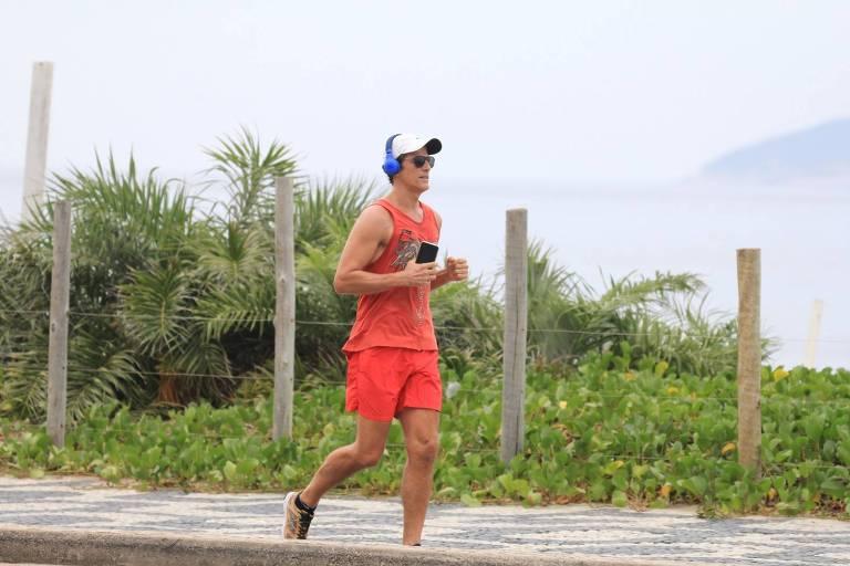 Reynaldo Gianecchini corre na praia de Ipanema após pedidos de isolamento no Rio de Janeiro