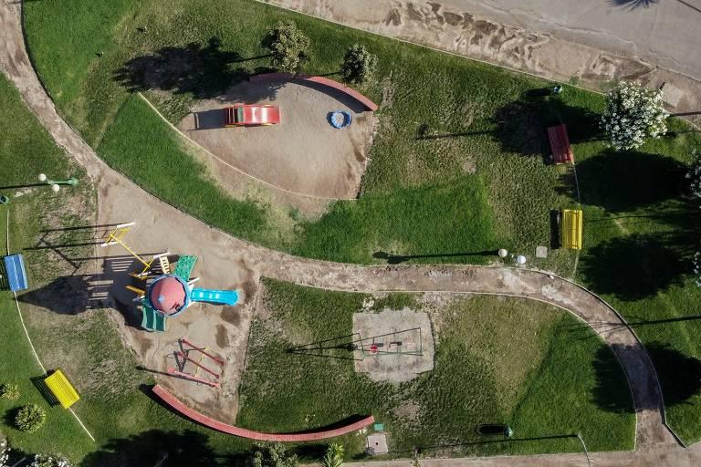 Vista aérea de um parque vazio em Santiago, no Chile; país declarou estado de catástrofe devido aos casos de contaminação pelo novo coronavírus