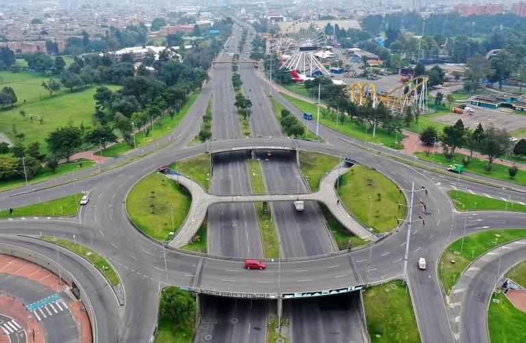 Vista aérea de estradas vazias em Bogotá, na Colômbia