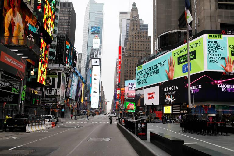 Mensagem sobre como se proteger do coronavírus exibida em painel eletrônico da Times Square, em Nova York