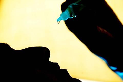 ORG XMIT: 513701_1.tif O coordenador de vendas Francisco Mighel que sofre de rinite alérgica desde a infância e  resolveu abandonar os remédios porque estava ficando dependente de um descongestionante nasal. Agora, quando a temperatura cai, ele recorre somente ao soro fisiológico. (São Paulo, SP, 29.04.2005. Foto: Fernando Donasci/Folhapress)