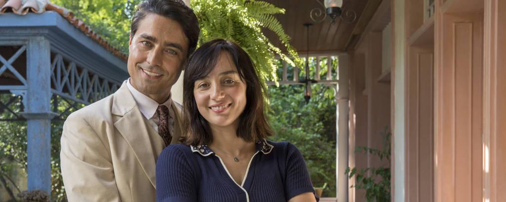 Almeida (Ricardo Pereira) e Clotilde (Simone Spoladore) em cena de 'Éramos Seis'