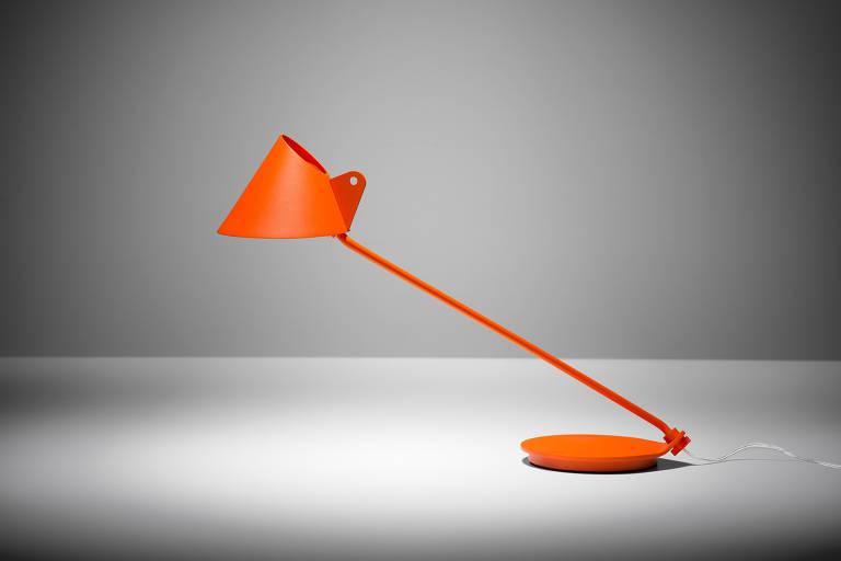 Luminária cor de laranja com haste fina