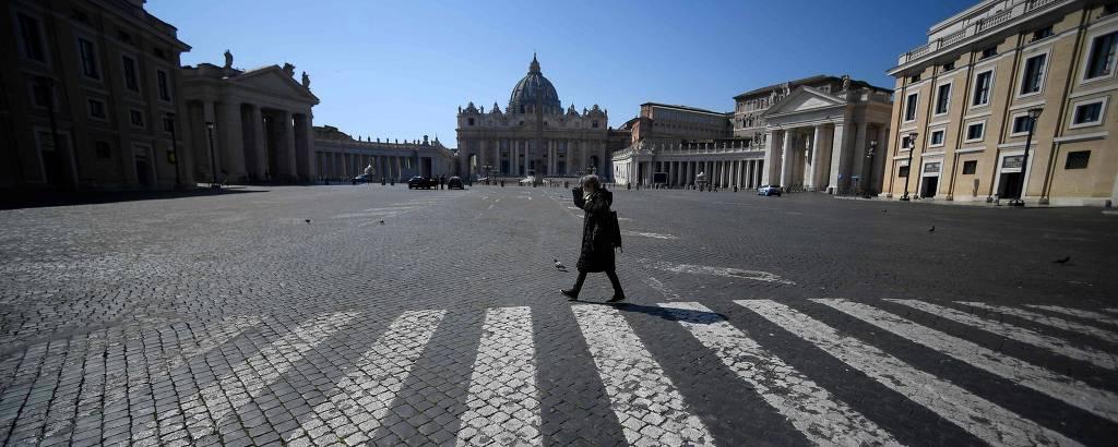 mulher anda em praça deserta na itália