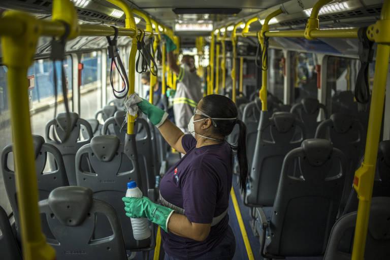 Trabalhador faz limpeza em ônibus da EMTU, que circula pela Grande São Paulo