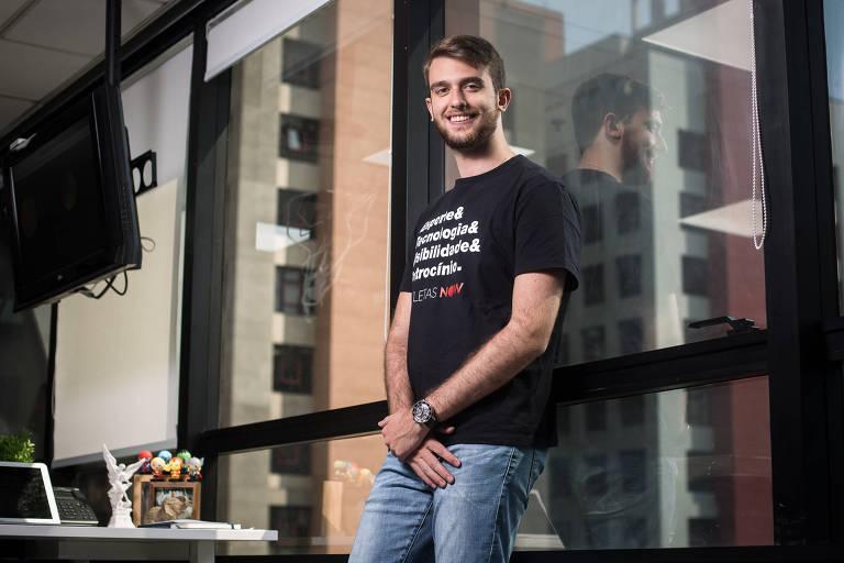 José Pedro Mello, 21, fundador da Atletas Now, na sede da empresa, em São Paulo
