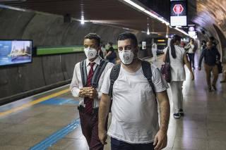 ***Exclusivo FOLHA de SP*** Ensaio fotografico  da cidade de SP  afetada pela pandemia do coronavirus. Usuarios com mascara circulam na estacao de metro Consolacao na 5a feira as 18h50