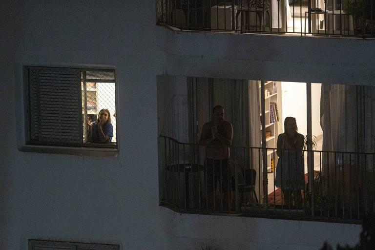 Pessoas batem palmas, no bairro do Perdizes, em homenagem aos médicos que cuidam dos pacientes infectados pelo coronavírus