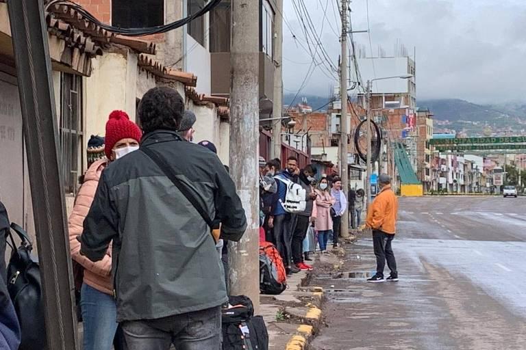 Brasileiros na fila para entrar no aeroporto de Cusco na tentativa de serem repatriados após fronteiras fecharem por coronavírus