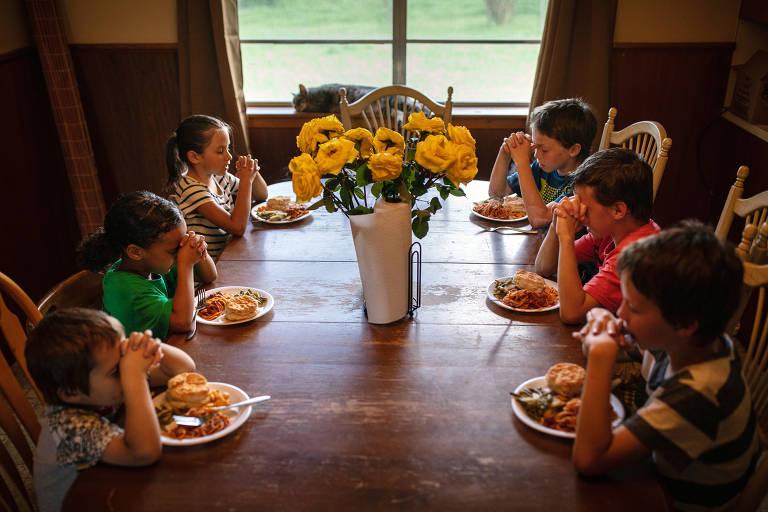 Nos EUA, famílias pobres recorrem a refeições grátis durante pandemia