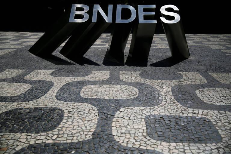 Logotipo do BNDES na sede da instituição, no Rio