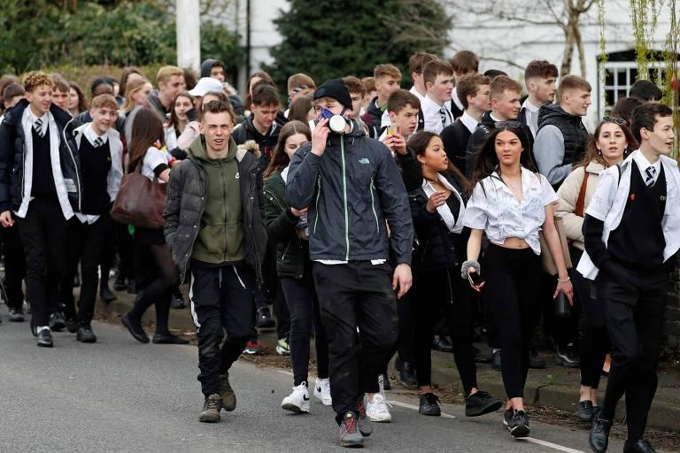 Alunos deixam escola após último dia de aula antes de fechamento dos estabelecimentos de ensino no Reino Unido, nesta sexta (20)