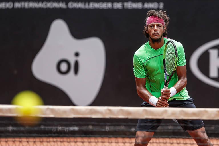 O tenista João Souza, mais conhecido como Feijão, durante treino para o Torneio Internacional Challenger de Tênis