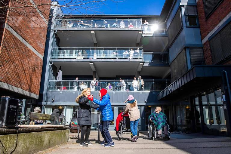 Residentes de asilo em Oslo aproveitam as poucas saídas ao ar livre; Noruega tem alto gasto em redes de proteção social