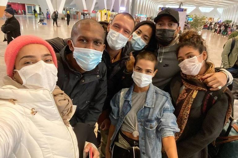 """Produção e elenco da novela """"Gênesis"""", da Record, no aeroporto de Marrakech"""