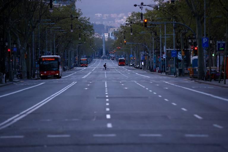 Ciclista solitário em avenida de Barcelona