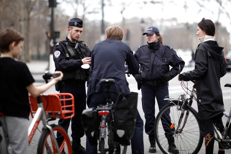 policiais abordam ciclistas