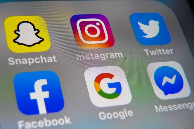 Tela de celular com ícones do instagram, google, twitter e facebook