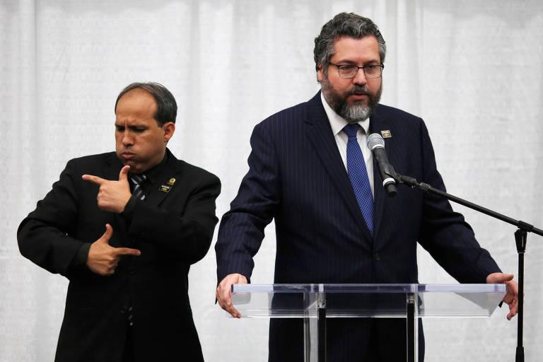 ernesto e tradutorO ministro das Relações Exteriores, Ernesto Araújo, discursa durante reunião nos EUA