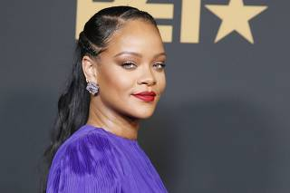 51st NAACP Image Awards ? Photo Room? Pasadena - Rihanna poses backstage with her President's award