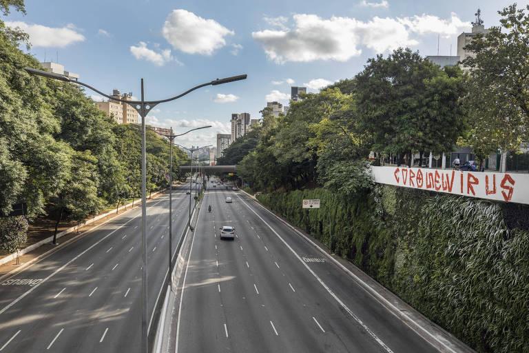 Cidade de São Paulo fica vazia por causa da pandemia do coronavírus. Pouco veículos circulam pela avenida 23 de Maio, na zona sul