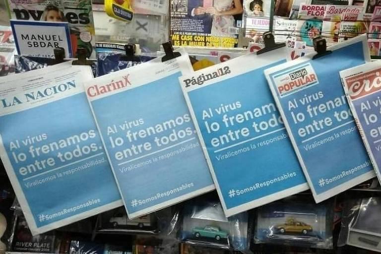 Jornais argentinos expostos em banca; diários unificaram capas em meio à pandemia do coronavírus