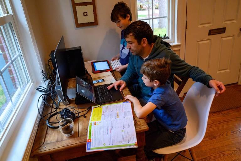 Joachin, 8, faz lição com o pai nos EUA; país tem 2 milhões em ensino domiciliar