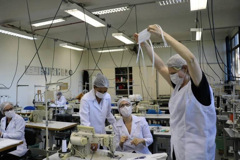 Voluntários fabricam máscaras e jalecos na Universidade de Passo Fundo