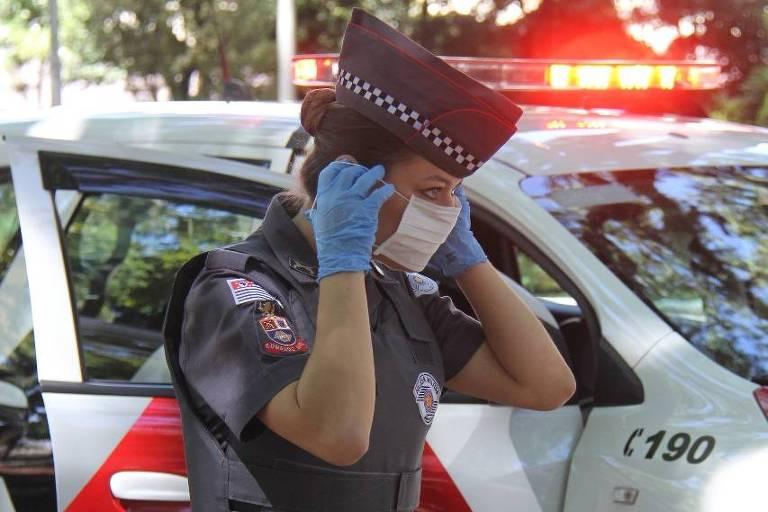 policial usa máscara e luvas contra vírus
