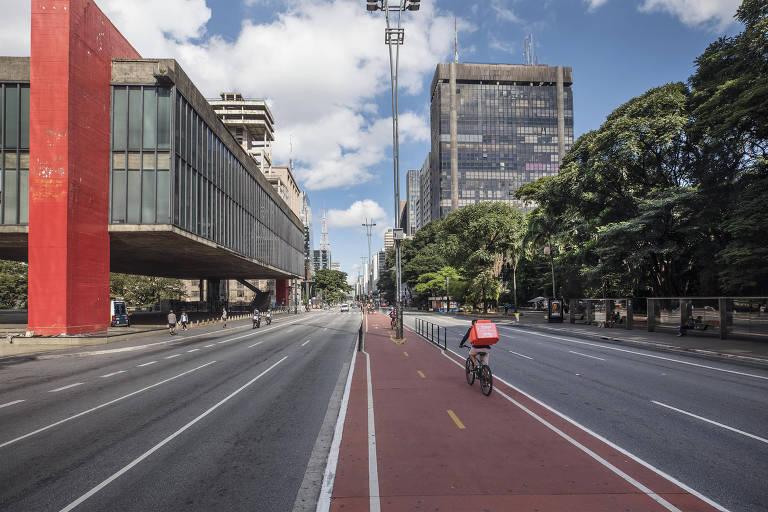 A avenida Paulista com pouco movimento de pessoas e veículos às 15h10
